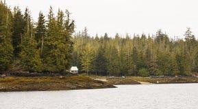Cabina abandonada en el yermo de Alaska Fotos de archivo