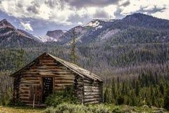 Cabina abbandonata della montagna fotografie stock