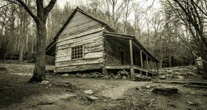 Cabina ahumada de la montaña en blanco y negro Fotos de archivo