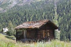 Cabina alpina vieja en las montañas suizas fotografía de archivo