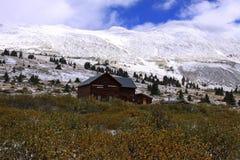 Cabina alta su nel passo di montagna Fotografie Stock