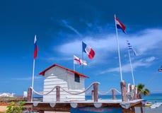 Cabina bianca del corpo di guardia di vita del Greco classico con differenti bandiere sull'isola ionica Zacinto della Grecia dell Fotografia Stock Libera da Diritti