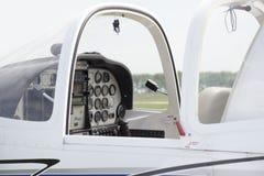 Cabina blanca del pequeño aeroplano privado Imágenes de archivo libres de regalías