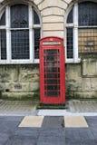 Cabina británica roja tradicional imagen de archivo