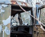 Cabina dañada con el vidrio quebrado de la pista militar antigua abandonada, en zona de exclusión de Chernóbil foto de archivo libre de regalías