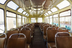 Cabina de antaño del autobús con los asientos Fotos de archivo