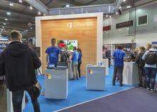 Cabina de la compañía de Microsoft en la ECO 2015, la feria profesional más grande de la electrónica de Ucrania Imagenes de archivo