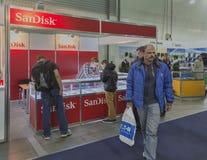Cabina de la compañía de SanDisk en la ECO 2015, la feria profesional más grande de la electrónica de Ucrania Foto de archivo libre de regalías