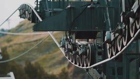 Cabina de la elevación de Funitel que monta sobre árboles verdes en montañas rocosas metrajes