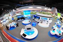 Cabina de la ingeniería del ST que muestra apagado sus tecnologías y productos en Singapur Airshow 2012 imágenes de archivo libres de regalías