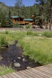 Cabina de las vacaciones de verano en las maderas de la montaña Imagen de archivo