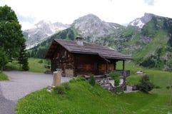 Cabina de madera alpina Fotografía de archivo