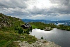 Cabina de madera cerca del lago de la montaña Fotografía de archivo libre de regalías
