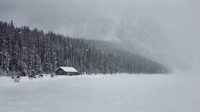 Cabina de madera congelada nieve, Louise Lake, Alberta Canada Foto de archivo libre de regalías