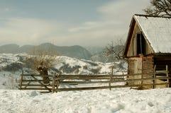 Cabina de madera en las montañas Imágenes de archivo libres de regalías