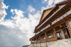Cabina de madera en las montañas en un día soleado Fotografía de archivo libre de regalías