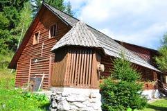 Cabina de madera en montañas Fotografía de archivo