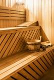 Cabina de madera de la sauna con los accesorios de la sauna Imagenes de archivo