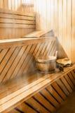 Cabina de madera de la sauna con los accesorios de la sauna Fotografía de archivo