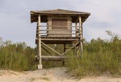 Cabina de madera para el rescate en las dunas Imagenes de archivo
