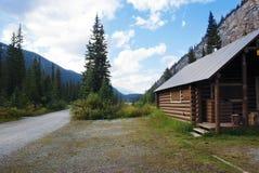Cabina de madera por el río Imagen de archivo libre de regalías