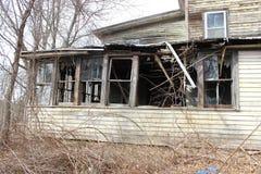 Cabina de madera vieja abandonada del cortijo demasiado grande para su edad con los árboles y las vides Fotografía de archivo