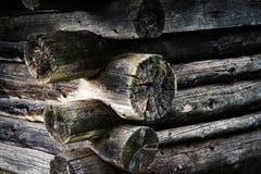 Cabina de madera vieja de la esquina dramática Imagenes de archivo