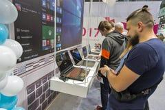 Cabina de Microsoft durante ECO 2017 en Kiev, Ucrania imagen de archivo
