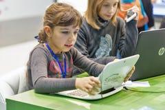 Cabina de Microsoft de la visita de los niños durante ECO 2017 en Kiev, Ucrania fotografía de archivo