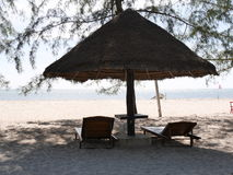 Cabina de Palm Beach con dos sillas Fotografía de archivo