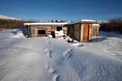 Cabina de registro abandonada en invierno Imagenes de archivo