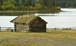 Cabina de registro de la orilla del lago Fotos de archivo libres de regalías