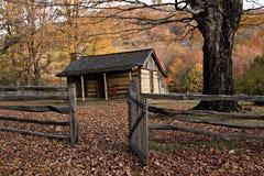 Cabina de registro del otoño con la cerca de carril fotografía de archivo libre de regalías