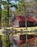 Cabina de registro vieja en el bosque de Michigan Imagen de archivo libre de regalías