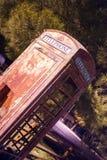 Cabina de teléfono al aire libre obsoleta sesgada del vintage hacia el sudoeste rural Imágenes de archivo libres de regalías