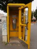 Cabina de teléfono amarilla Fotos de archivo libres de regalías