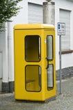 Cabina de teléfono amarilla Imagen de archivo libre de regalías