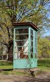Cabina de teléfono averiada resistida y aherrumbrada Imágenes de archivo libres de regalías