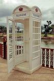 Cabina de teléfono blanca del vintage clásico Foto de archivo