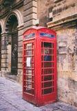 Cabina de teléfono británica roja del vintage en La Valeta, Malta fotos de archivo
