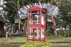 Cabina de teléfono o teléfono público formada del público Foto de archivo libre de regalías