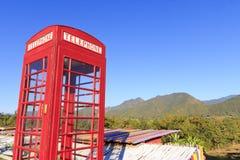 Cabina de teléfono o teléfono público roja del público foto de archivo