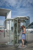 Cabina de teléfono público en la defensa del La en París Foto de archivo libre de regalías