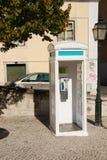 Cabina de teléfono portuguesa blanca en Lisboa Imágenes de archivo libres de regalías