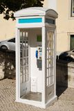 Cabina de teléfono portuguesa blanca en Lisboa Fotografía de archivo