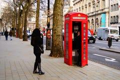 Cabina de teléfono roja imagenes de archivo