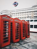 Cabina de teléfono roja fotografía de archivo