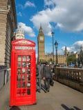 Cabina de teléfono roja con Big Ben en Londres Fotografía de archivo libre de regalías