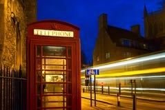 Cabina de teléfono roja en Inglaterra Imagen de archivo
