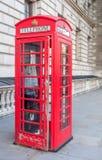 Cabina de teléfono roja en Londres Foto de archivo